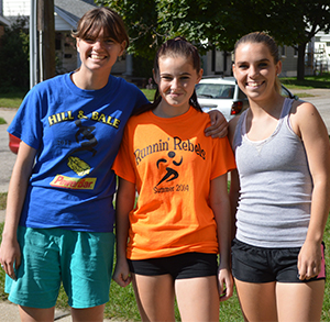 Jordan poses with Lee High School students Anna Fishman and Michelle Shephardson